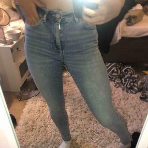 Väldigt sköna skinny jeans från Gina! Säljer pga inte blivit så använda. Slitningar längst ner på dem! Frakt tillkommer.