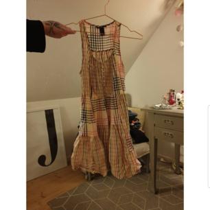 Söt klänning, är snyggare i verklighet än på bild.