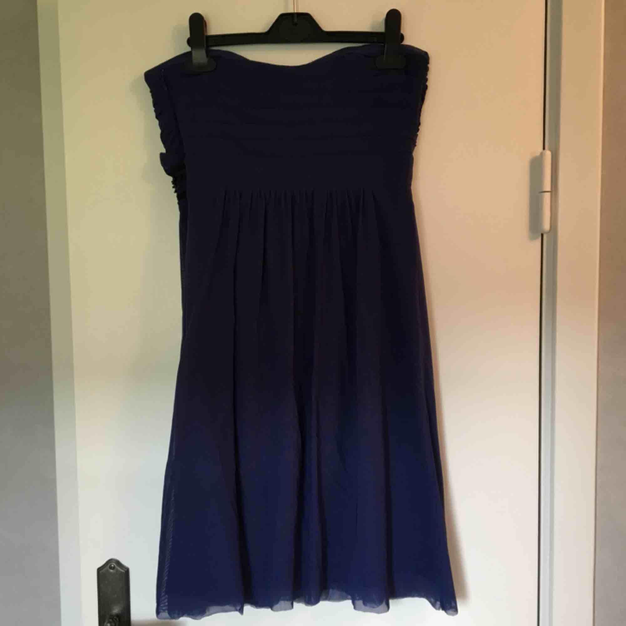 Mörkblå klänning med svarta detaljer. Smala axelband medföljer. Storlek saknas men gissningsvis S. Väldigt bra skick. Använd fåtal gånger. Köparen betalar frakten. Klänningar.