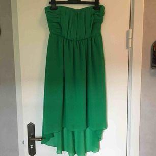 Grön klänning i storlek S. Märket Vila. Använd fåtal gånger och därav bra skick. Ett litet gummiband som syns på ryggen men som lätt kan fixas. Smala axelband medföljer. Köparen betalar frakten