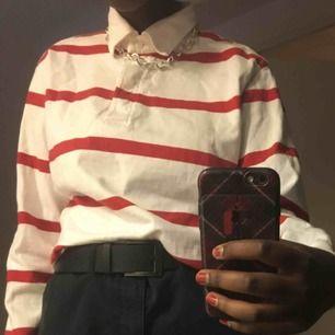 En vit och rödrandig tröja. Inga fel men den kommer bara inte till användning💙🦋 priset går att diskutera