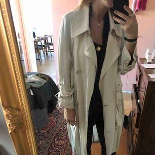 Fin trench coat från acne studios i ljusbeige i fint skick. Köpare betalar ev frakt.