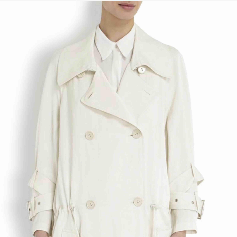 Fin trench coat från acne studios i ljusbeige i fint skick. Köpare betalar ev frakt.  . Jackor.