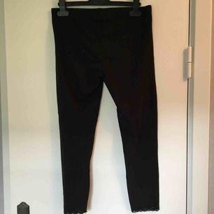 Svarta halvlånga leggings i storlek 170. Använda fåtal gånger. Köparen betalar frakten