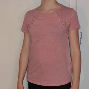 Rosa t-shirt med snörade detaljer i fram - 80% bomull, 20% polyester - Frakt ingår i priset
