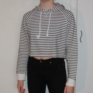 Randig cropped hoodie - 57% bomull, 43% polyester - Frakt ingår i priset