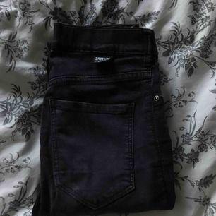 Svarta tajta DrDenim jeans! Storlek XS, passar mig som är 170 när jag vicker upp de lite!