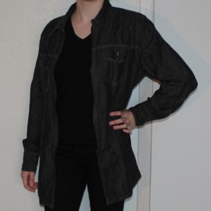Mörk blågrå jeansjacka/jeansskjorta - knäpps med dragkedja i fram - 100% bomull - Frakt ingår i priset