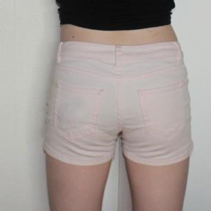 Ljusrosa shorts - Passar bra till mig som har storlek S - 98% bomull, 2% elastan - Frakt ingår i priset
