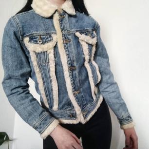 Super söt jeansjacka med fluff från 90talet!! ✨ I mycket bra skick. Perfekt jacka till våren sommaren! 😌   Passar perfekt på mig som är 160 cm. Fri frakt 💌