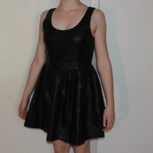 Svart klänning i fakeläder - Bara använd någon gång så den är som ny - Lite i största laget för mig men inte så stor som storlek 40 - Passar nog bäst till lite större S/mindre M - Frakt ingår i priset