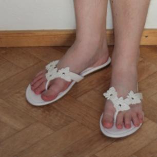 Vita flippflopp-sandaler - Fint skick - Använda en gång - Frakt ingår i priset