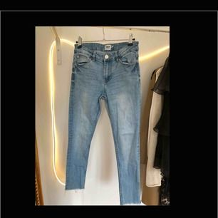 Skinny-jeans i ljusblå från Lager 157. Diy-avklippta så de passar oss kortisar i längden, är 153 cm själv. Pris: 60kr, strl.S. BETALNING SKER VIA SWISH:FRAKT INGÅR I PRISET