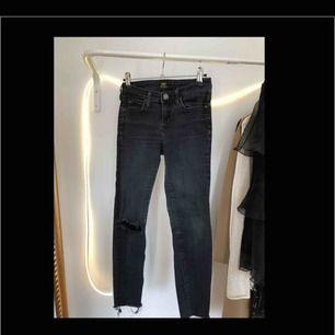 Urtvättade, svarta, skinny-jeans från Lee på knät. Avklippta i benen. Diy:ade både längden och hålet så de passar oss kortisar! Är 153 cm för referens. Strl. W26, pris: 120kr. BETALNING SKER VIA SWISH:FRAKT INGÅR I PRISET