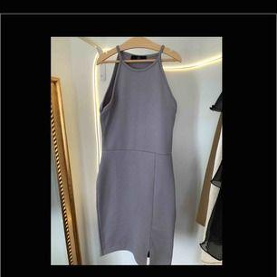 Grå, 90-tals inspirerad, bodycon-klänning från missguided. Aldrig använd då den är för tajt för mig. Strl.34, pris: 50kr. BETALNING SKER VIA SWISH:FRAKT INGÅR I PRISET