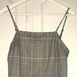 Superfin klänning från asos i st 34. Grå randig men har lite gula ränder. Använd ett fåtal gånger och är därför i fint skick. Klänningen är v ringad i ryggen och har justerbara axelband.  Kan mötas upp i Sthlm eller så står köparen för frakt :)
