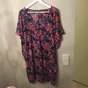 :) Hej varmt välkommen jag säljer här en underbar tunika/klänning  från H&M DIVIDED i storlek Large postar endast allt jag säljer eftersom jag helt enkelt inte har tid till att mötas upp. Betalning sker via swish. I priset ingår såklart frakten :)