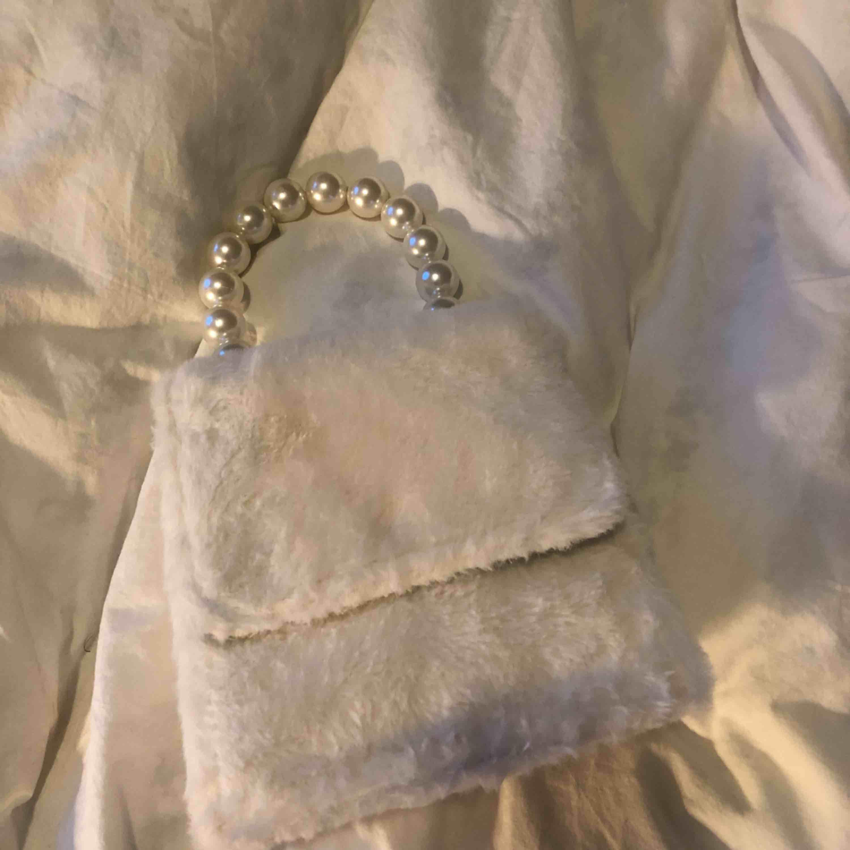 Fin liten pälsväska från Nelly, använd endast vid ett tillfälle. . Accessoarer.