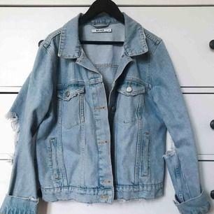 Knappt använd jeansjacka med slitningar vid armbågarna i oversized modell. Pris exkl. frakt