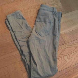 Stretchiga byxor från newyorker. Storlek xs! Militärgrön färg och små fickor. Sitter super bra på och formar såå bra💕