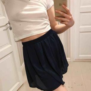 Jätte fin mörkblå kjol från brandymelville. Kjolen är i ONE SIZE och har en straights/ resor midjan.