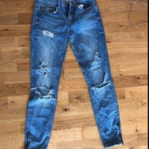 Jeans från Gina, ganska low wasted men passar bra!
