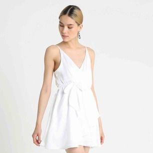 Super lyxig klänning från Linn Ahlborg kollektion med NA-KD. Oanvänd o har alla lappar kvar.  Fin till studenten eller till fester/firanden.  Fraktar också!