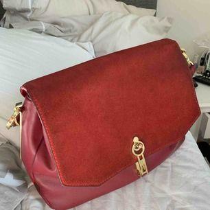 Säljer min väska från zara som ej hår att köpa idag. Nypris ca 600kr. Sparsamt använd. Jättefin modell. Den är lite större än en vanlig liten väska så man får plats med mycket i den. Köparen står för ev frakt.
