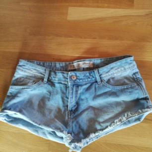 Ett par snygga low waisted denim shorts från Denim CO. Aldrig använda och i fint skick.