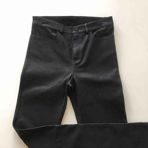 Oanvända byxor i svart skinn. Jag upplever de som en liten 38 i storleken, då de är ca 70 CM i midjan. Innerbenslängden är 79. Pris inkl. Frakt.