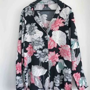 Mjuk skjorta i blommigt mönster. Använd 1 gång