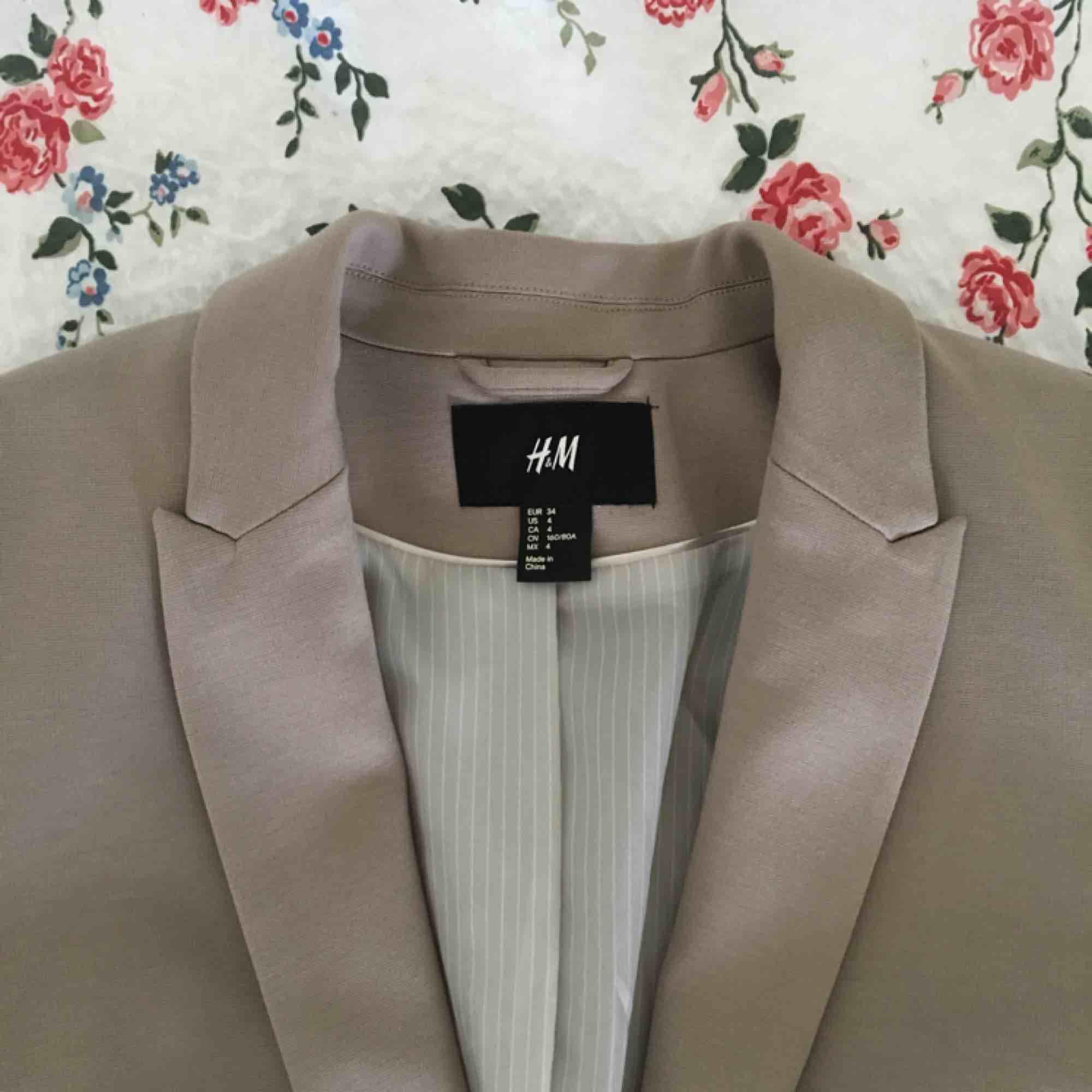 Trendig kavaj/blazer i vårig färg från H&M i strl 34. Fin passform som formar väl. Mycket fint skick. Frakt tillkommer.. Kostymer.