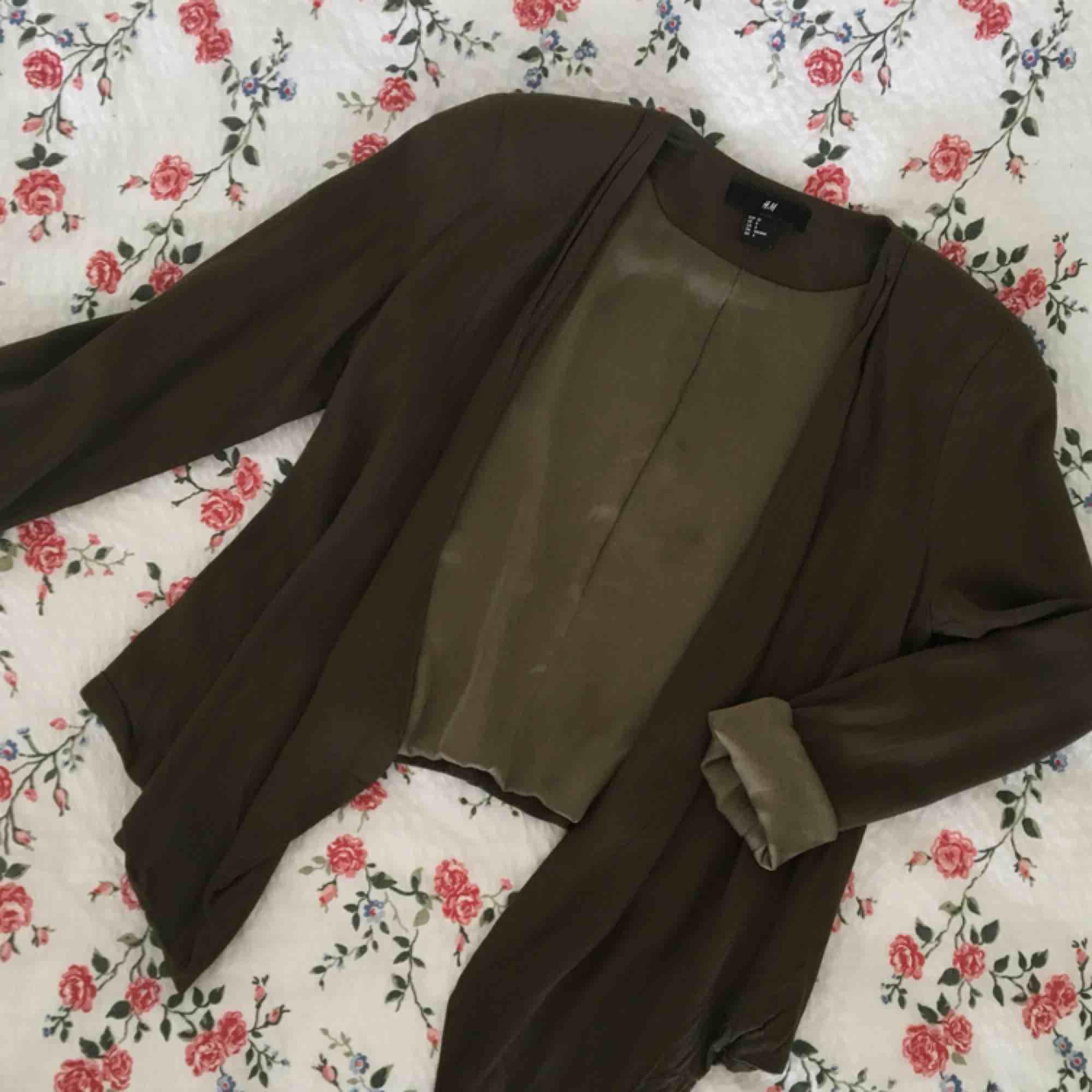 Mjuk grön/brun tunnare kavaj från H&M i strl 36, sitter tight. Bra skick. Frakt tillkommer.. Kostymer.