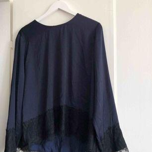 Mörkblå silkestopp från Monki. Perfekt i sommar!
