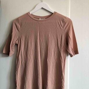 Pastellrosa T-shirt köpt på Afound men aldrig blivit använd. Perfekt skick och jätteskönt material