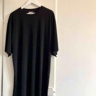 Svart oversize klänning från Weekday, skön och luftig. 100% Polyester