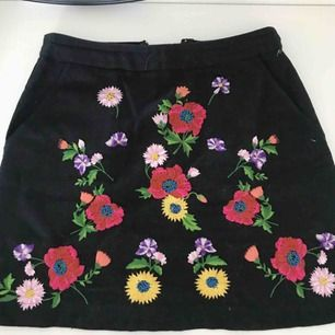 Broderad kjol från topshop! Fickor både fram och bak, aldrig använd