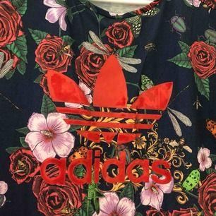 Adidas X Rita Ora T-shirt Storlek 34 Färgen på själva märket är lite bortnött (se första bilden!) Slutsåld i butik
