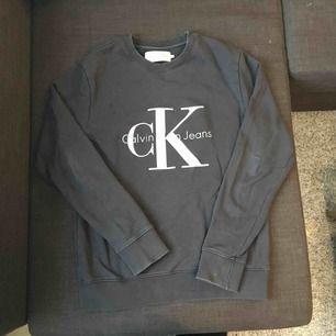 Äkta Calvin Klein som är använd fåtal gånger. Mörkgrå med tryckt logga. Passar en vanlig S och är i oversized modell. Köparen står för frakt 👗