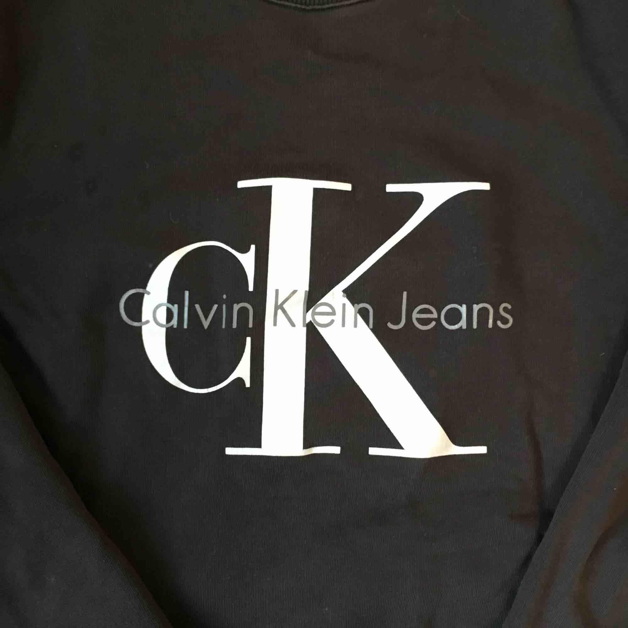 Äkta Calvin Klein som är använd fåtal gånger. Mörkgrå med tryckt logga. Passar en vanlig S och är i oversized modell. Köparen står för frakt 👗. Tröjor & Koftor.