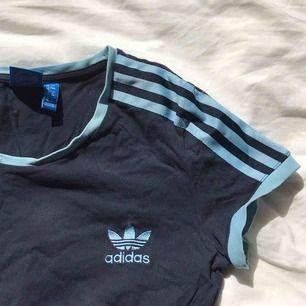 Säljer min fina Adidas-tisha! Inköpt på Urban Outfitters förra sommaren. Passar dig med storlek S-M 👸 Frakt tillkommer