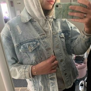 INTRESSEKOLL!!! En jeans jacka som är jättefin lite oversized. Ljus tvätt och har slitningar. 150 eller högst bud
