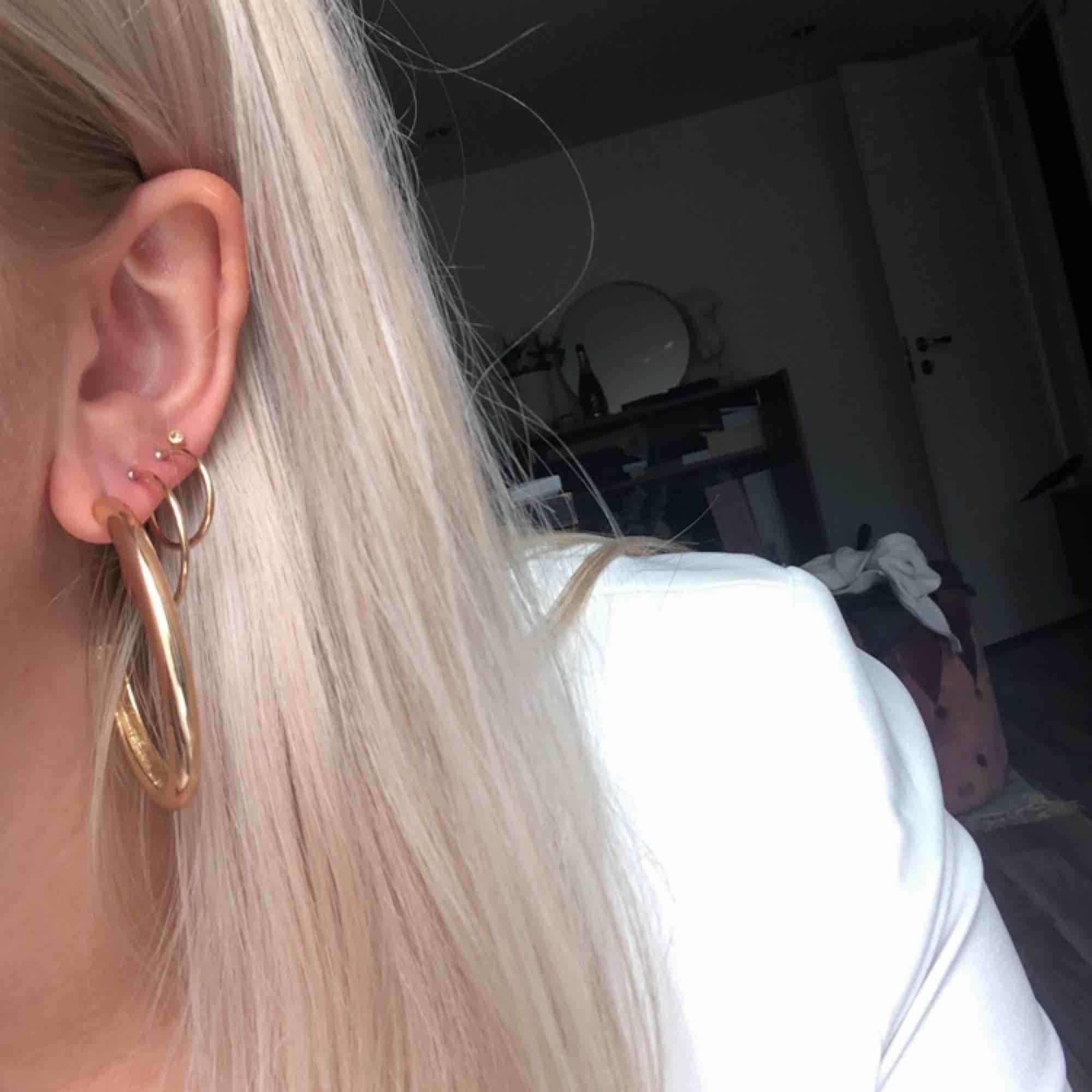 Örhängen i perfekt skick! De stora 40:-, de mindre 20 kr eller 35 för båda! Alla örhängen kommer självklart i par 🌞. Accessoarer.