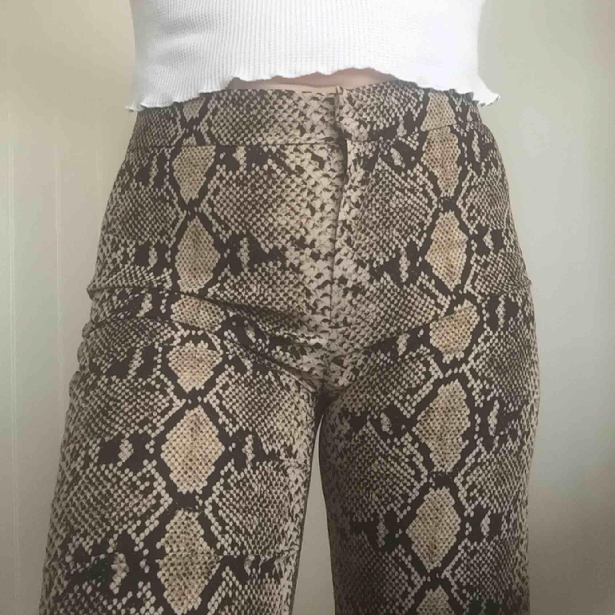 Bootcut byxor från Zara med ormprint. Jeans & Byxor.