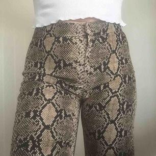 Bootcut byxor från Zara med ormprint