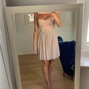 Superfin ljusrosa klänning som passar perfekt till dop, bröllop, sommarfest osv! Dragkedja i ryggen. Säljer pga används aldrig längre! Frakt ingår.