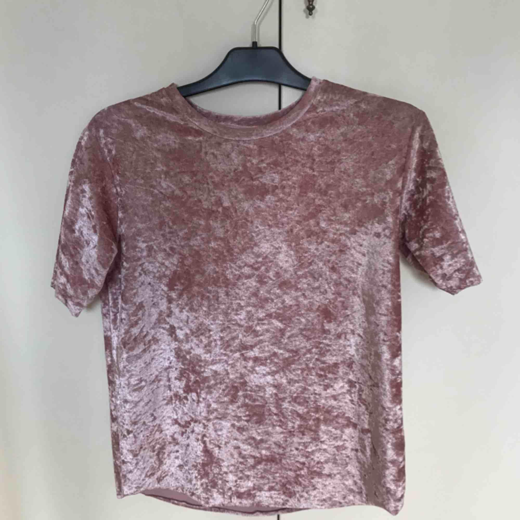 Gammalrosa t-shirt, krossad sammet storlek S. Aldrig använd. Från rök och djurfritt hem, frakten är inräknat i priset 🌸 betalning via swish 😋. T-shirts.