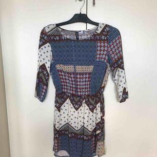 Mönstrad klänning från H&M, storlek 34. Endas använd vid ett tillfälle. Från djur och rökfritt hem 🌸 frakten är inräknad i priset, betalning via swish 🌷