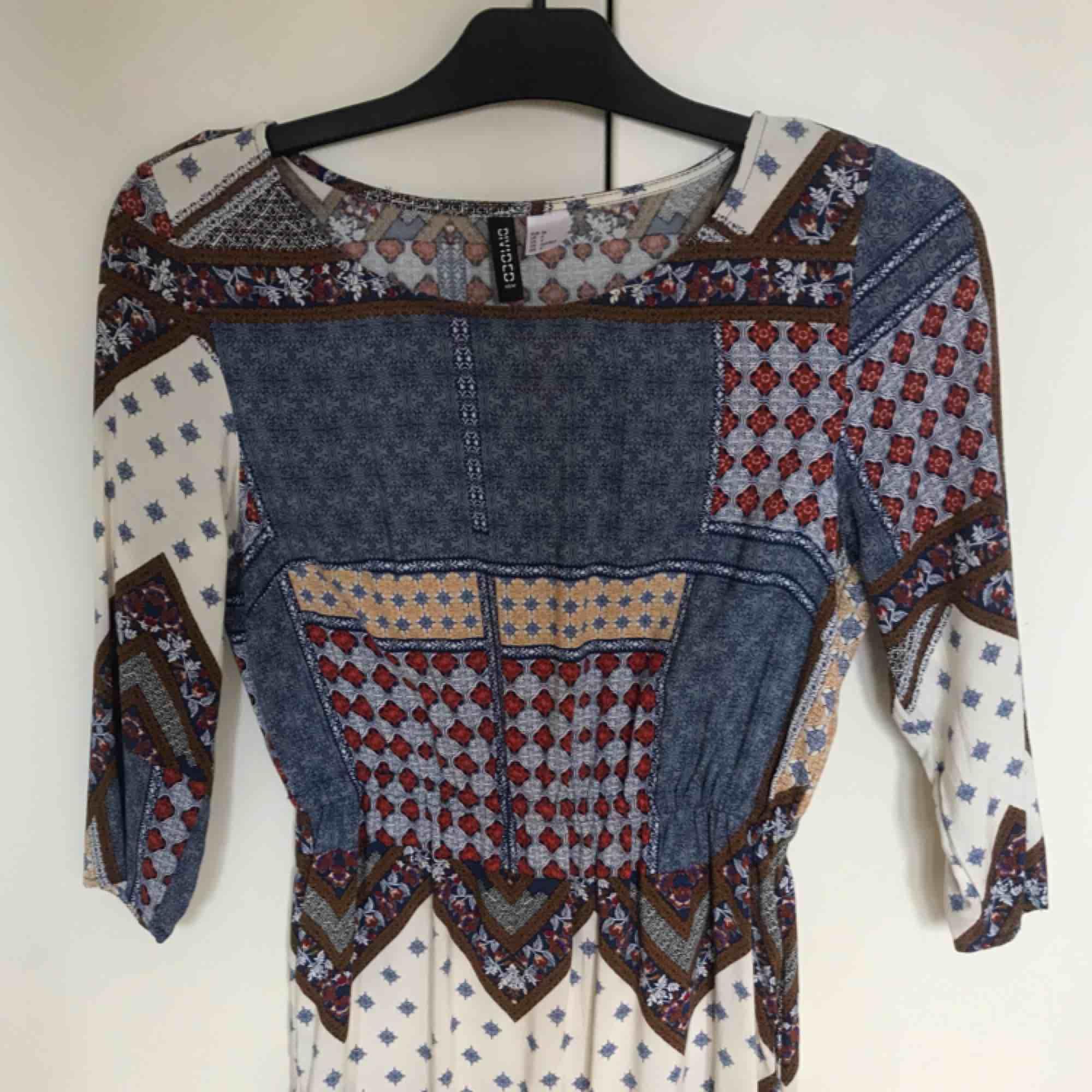 Mönstrad klänning från H&M, storlek 34. Endas använd vid ett tillfälle. Från djur och rökfritt hem 🌸 frakten är inräknad i priset, betalning via swish 🌷. Klänningar.
