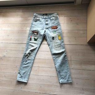 Jeans från BikBok med snygga patches 🌈💕 Köparen står för frakt